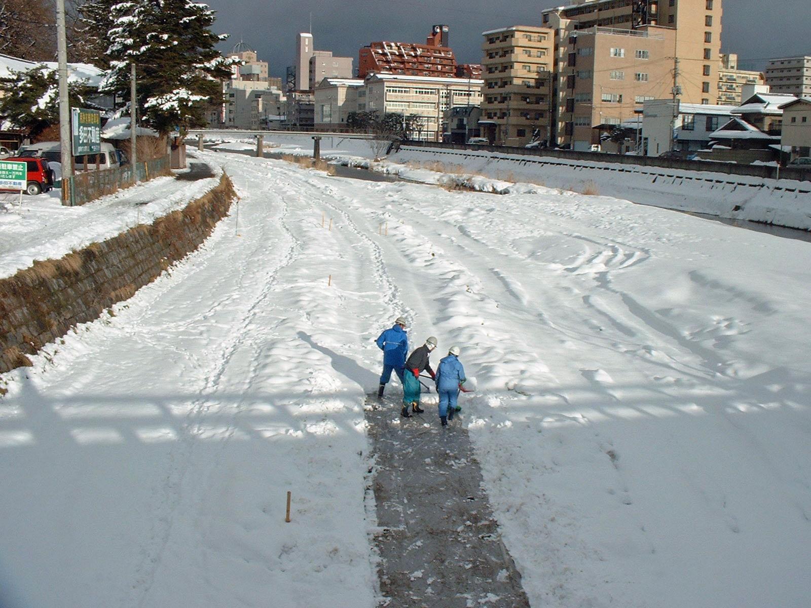 雪道開拓作業中