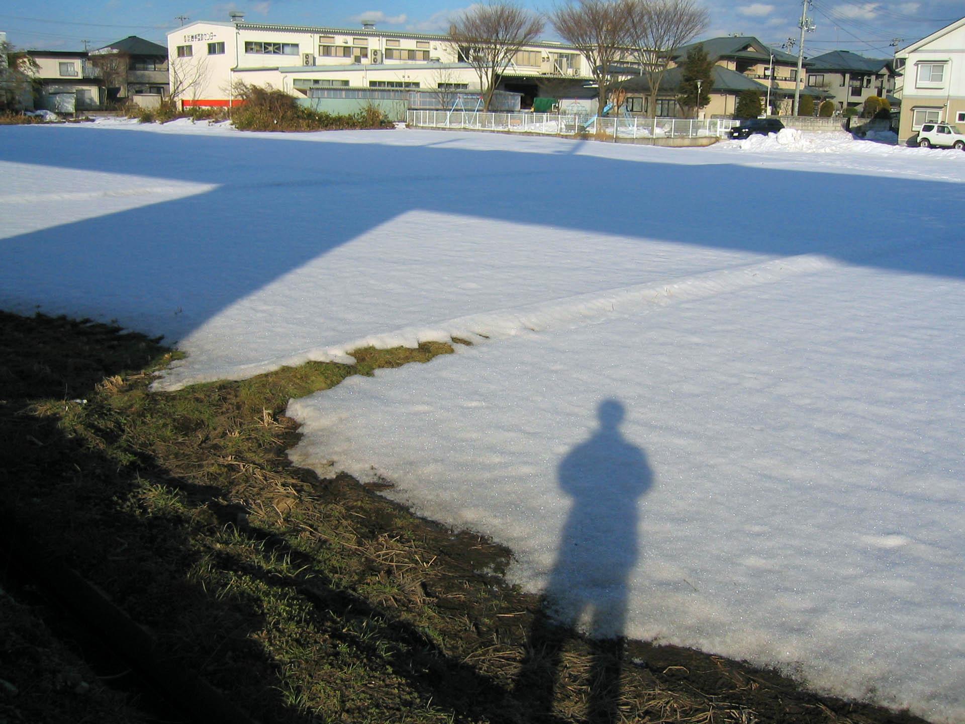 残り雪に影写し
