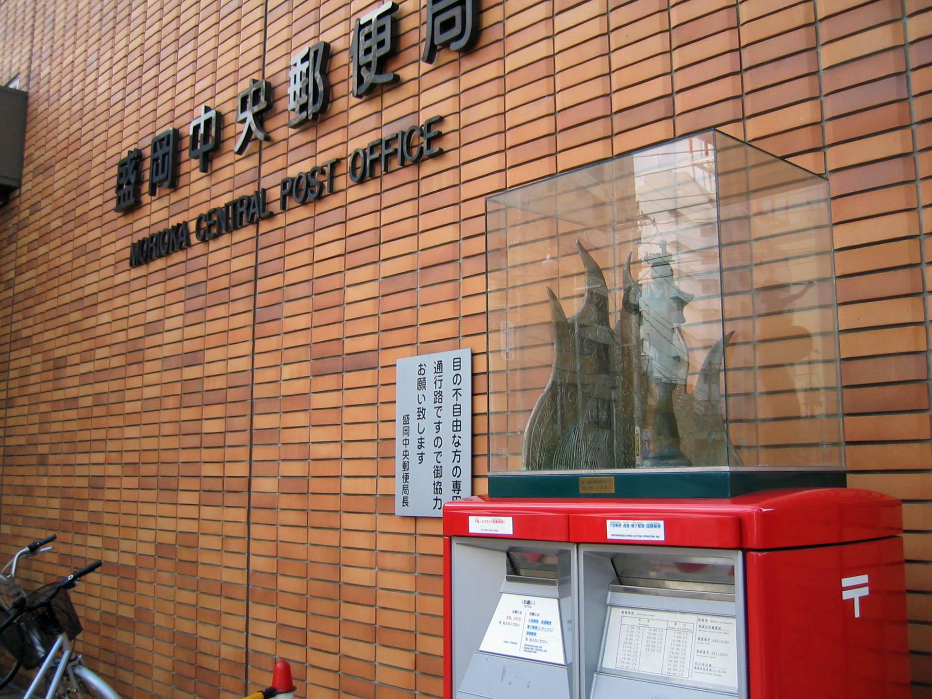ポストの上にさんさの置物@盛岡中央郵便局