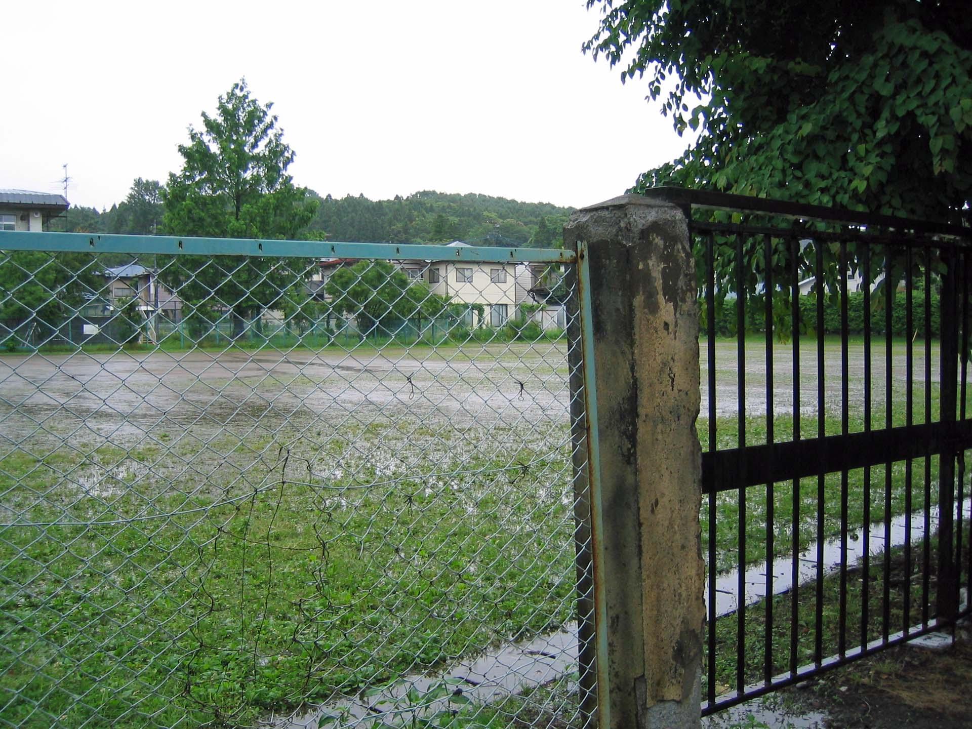 盲学校グラウンドの水たまり