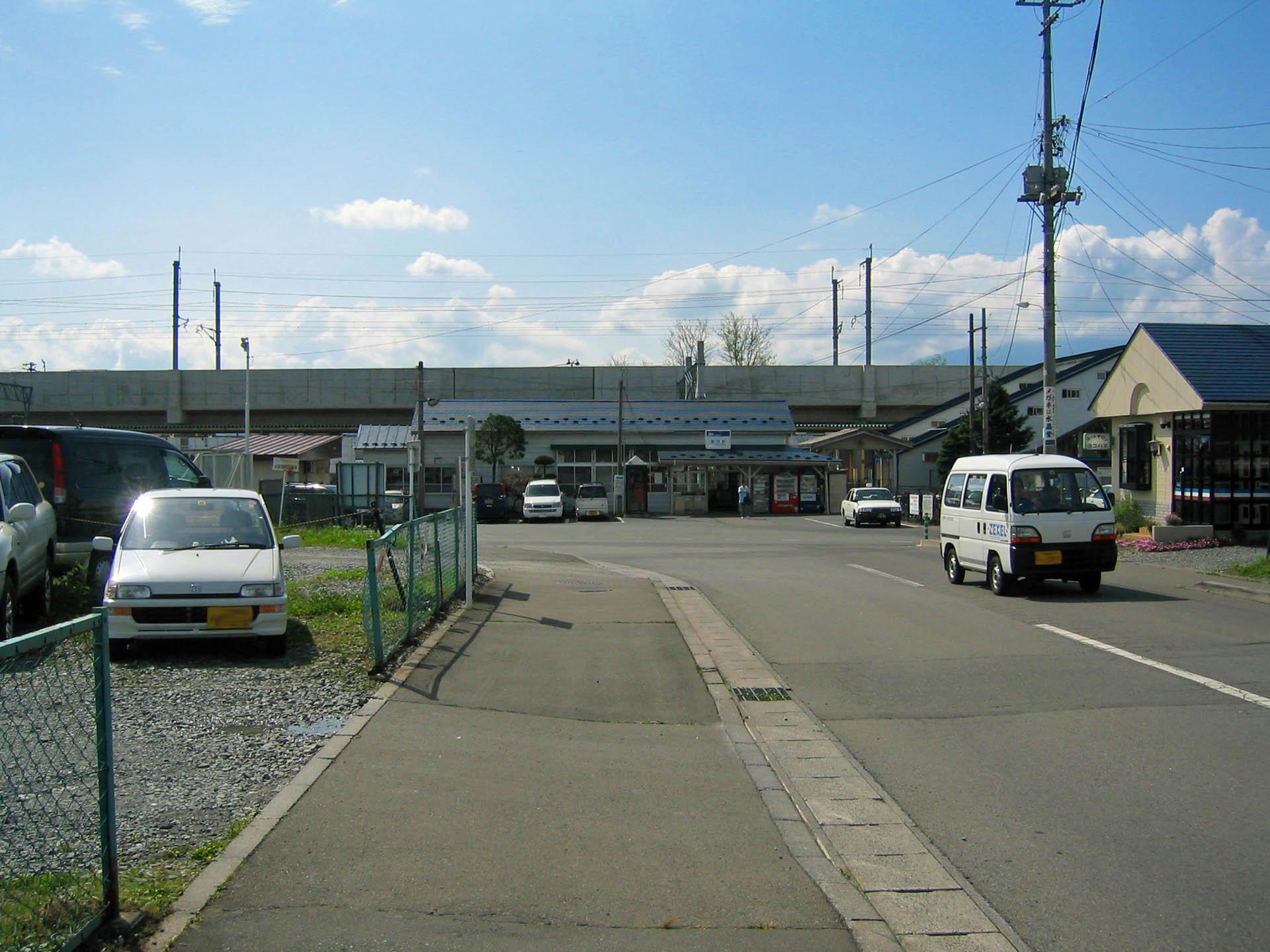 在来線駅と新幹線高架