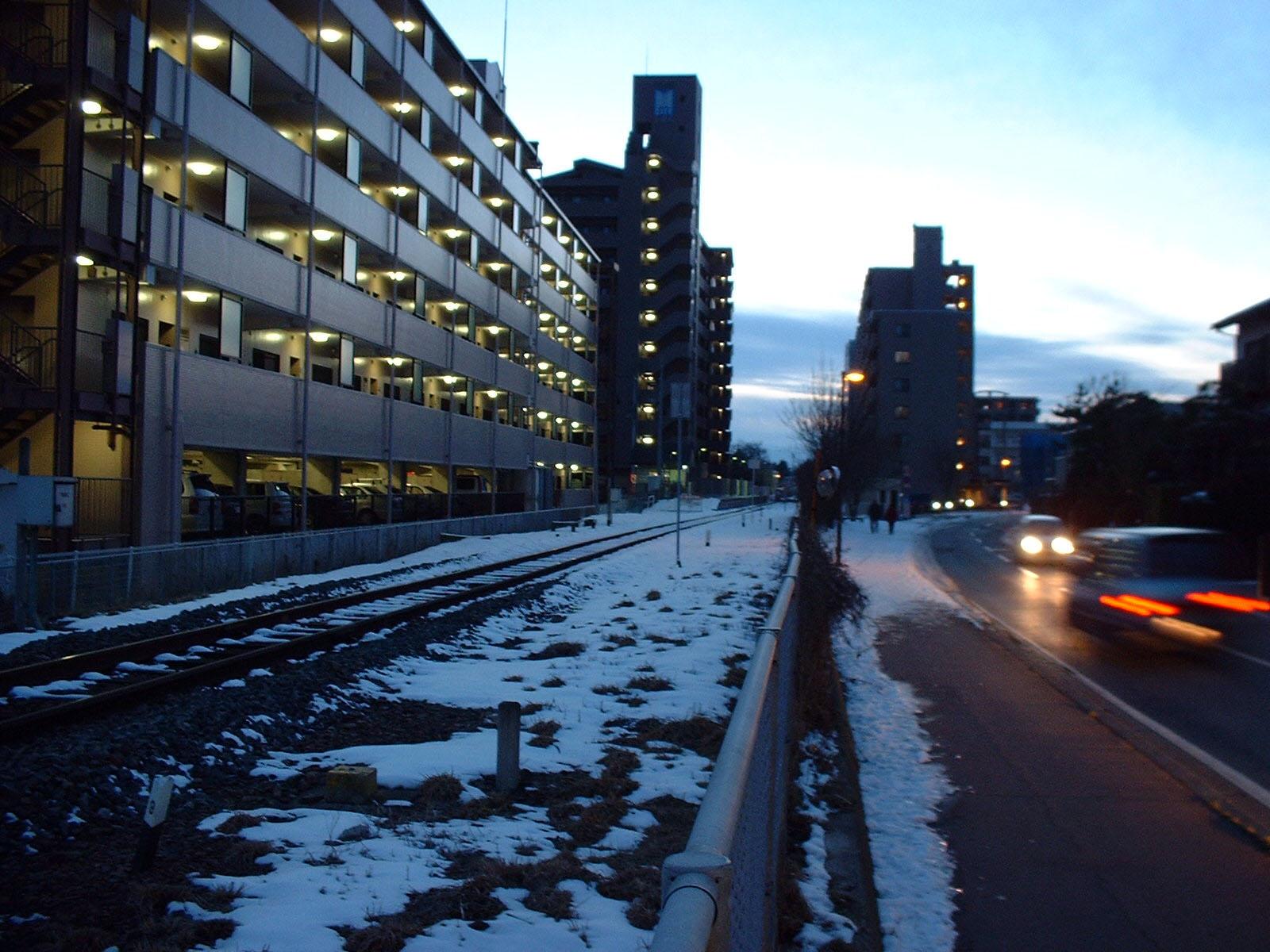 夕雪の線路