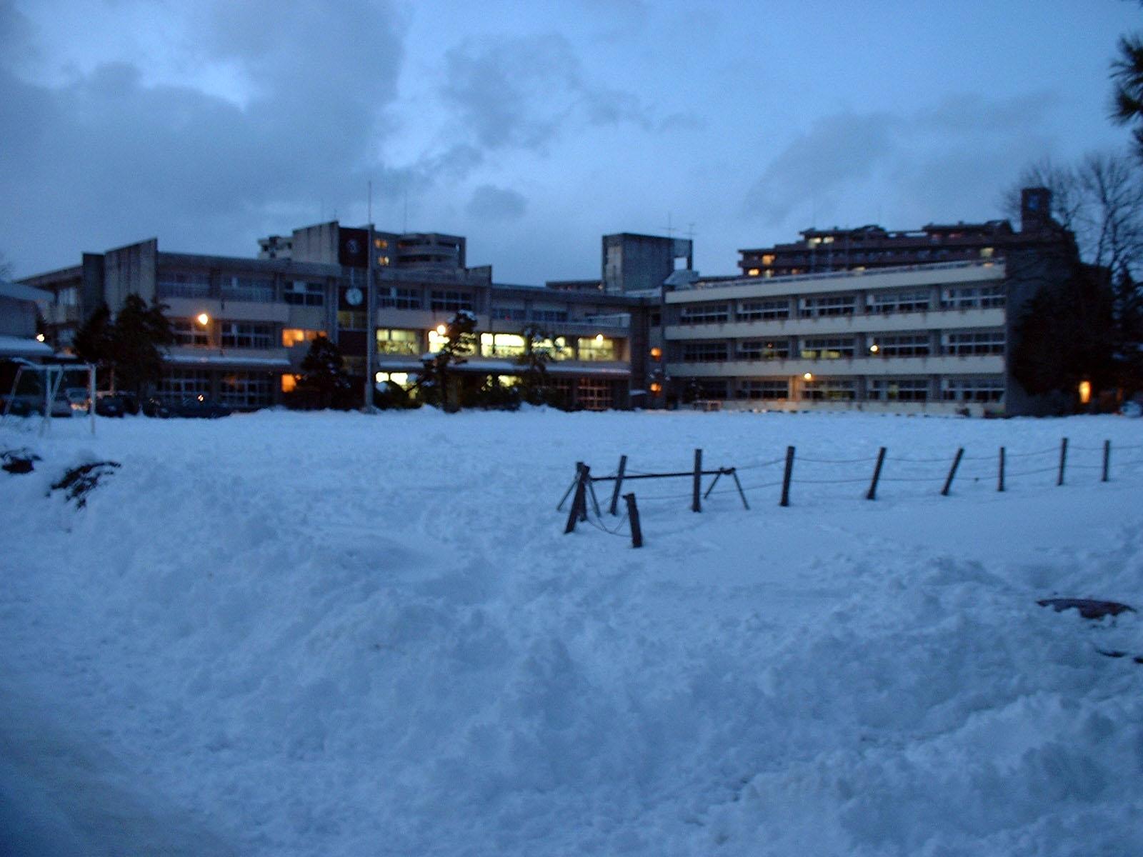 雪だらけの仁王小学校
