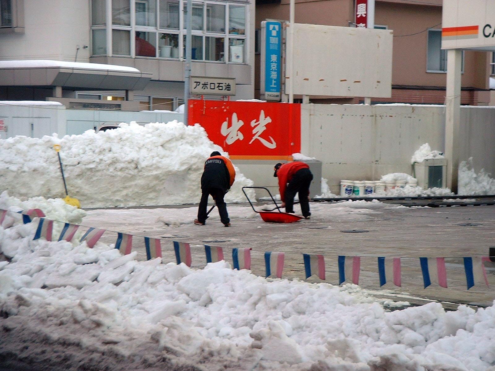 除雪をするガソリンスタンドのお兄さん