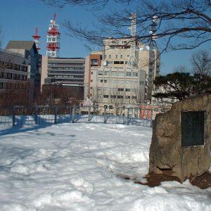啄木の歌碑と街並み
