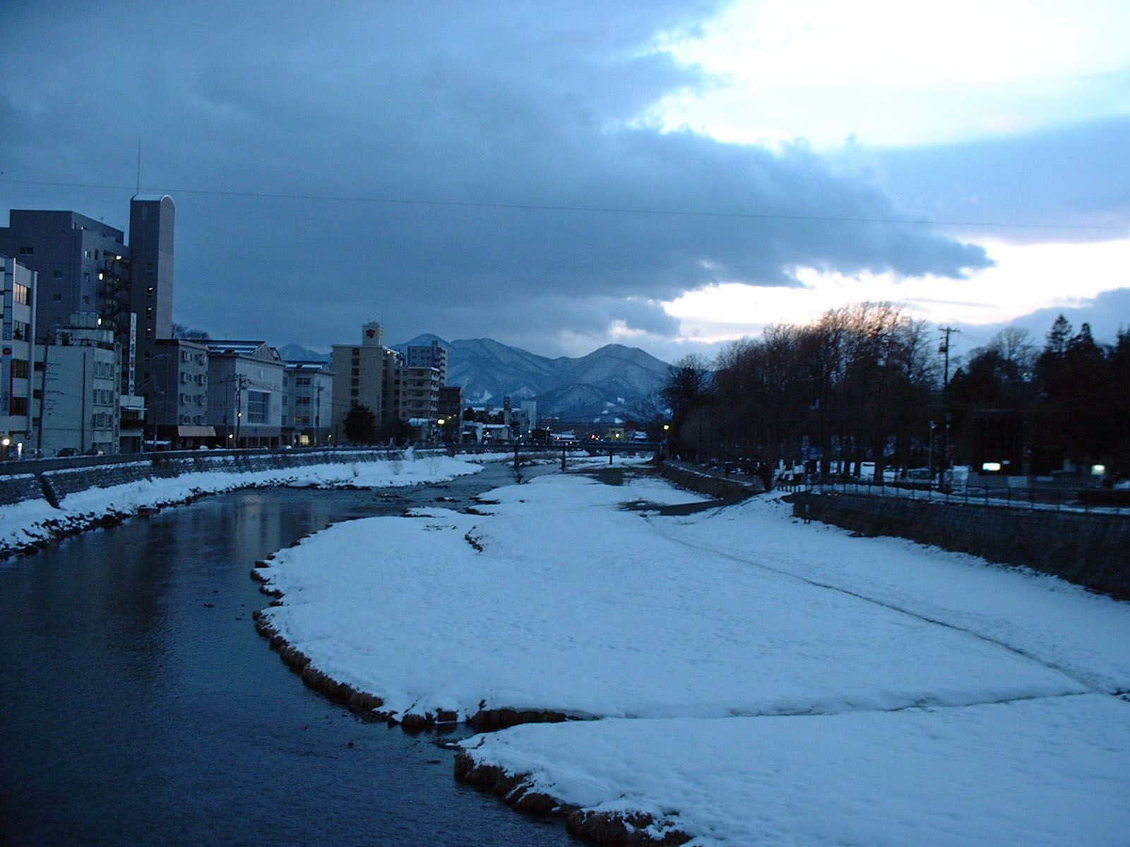 雪の中津川河川敷